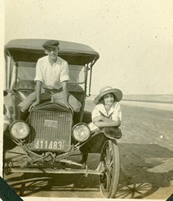 Couple-on-the-beach-1921